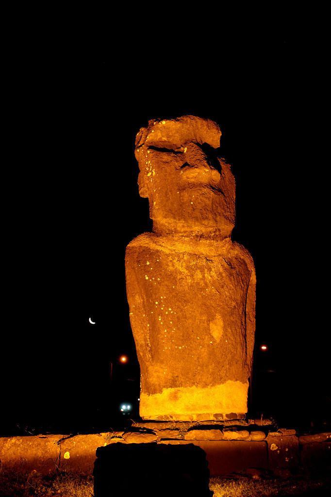 Night moai Ahu Riata (and moon)